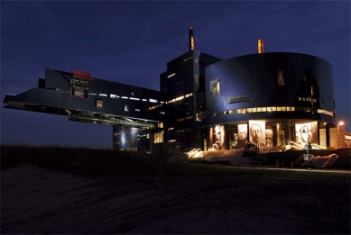 Guthrie Theater - Guthrie exterior – Night view from Stone Arch Bridge - foto: © Amanda Ortland